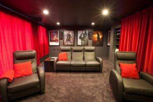 akusztikai függöny otthoni mozi helyiségben