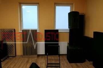 akusztikai panelek elhelyezése...