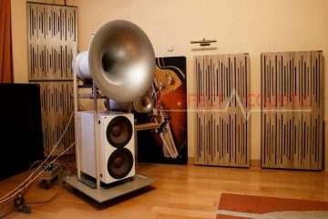printelt hangelnyelő panel a kanapé fölött