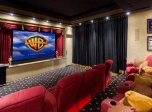 hangelnyelő függöny egy házi moziban